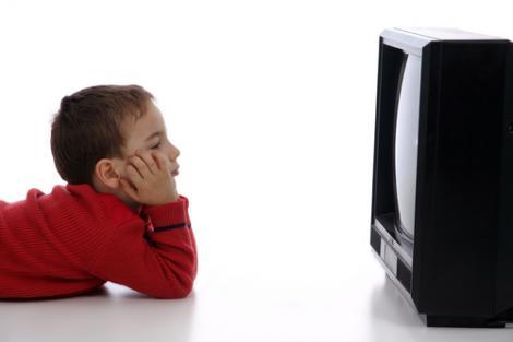 Cum afecteaza programele TV cresterea si dezvoltarea copilului tau (I)