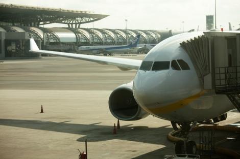 Un avion a zburat cinci zile cu 30 de suruburi lipsa la o aripa