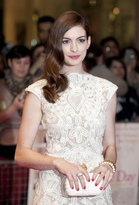 Actrita Anne Hathaway s-a logodit