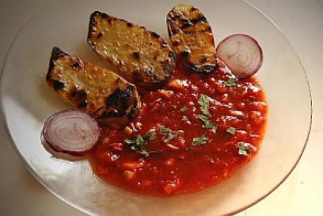 Reteta de post: Cartofi la gratar cu sos de ardei si rosii
