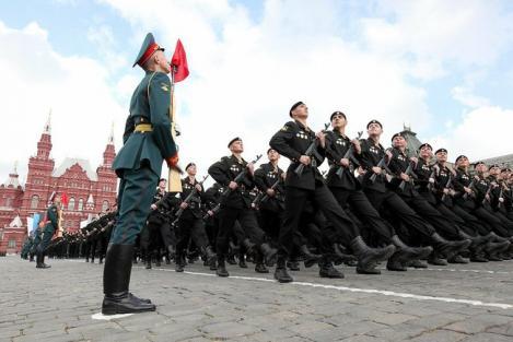 VIDEO! Parada grandioasa a armatei ruse in Piata Rosie din Moscova