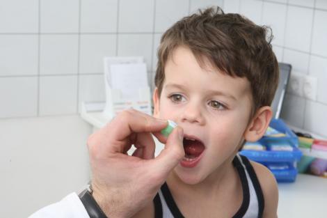 Studiu: Copiilor le sunt prescrise anual 10 milioane de antibiotice inutile