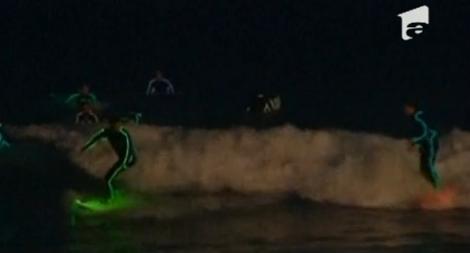 VIDEO! Surf in costume multicolore pe plaja Bondi Beach