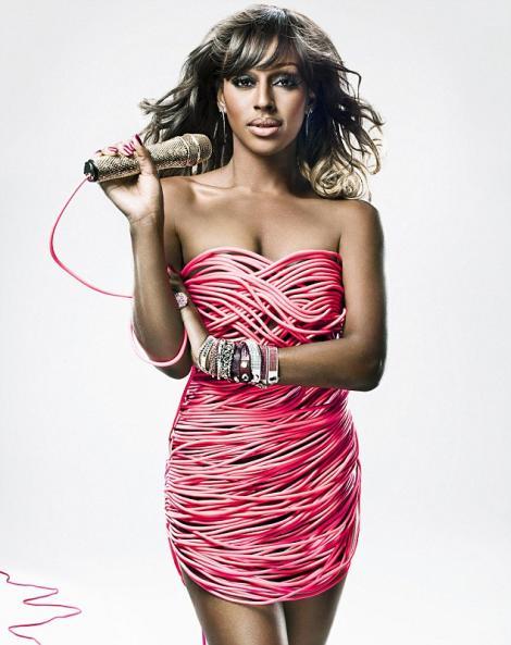 Alexandra Burke, intr-o rochie din cabluri electrice