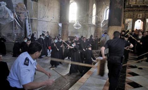 VIDEO! Bataie intre preotii armeni si grecii ortodocsi in Biserica Nasterii Domnului din Bethleem