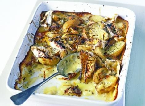 Reteta zilei: Cartofi copti cu Camembert si seminte de mac