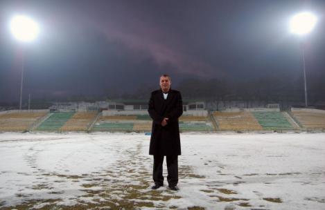 Arad: Primarul din Groseni a facut stadion cu nocturna, desi localitatea nu are canalizare