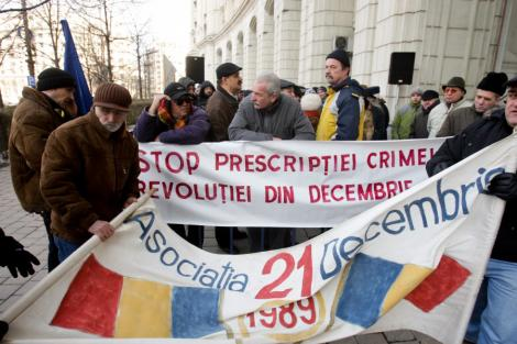 Poze cu Basescu, Kelemen, Cseke si deputati PDL, arse de revolutionarii timisoreni
