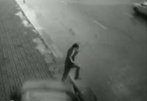 VIDEO! Rusia: Un pieton scapa in ultima secunda de un accident grav