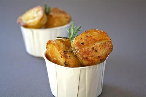 Reteta de post: Cartofi la cuptor cu arpagic si rozmarin
