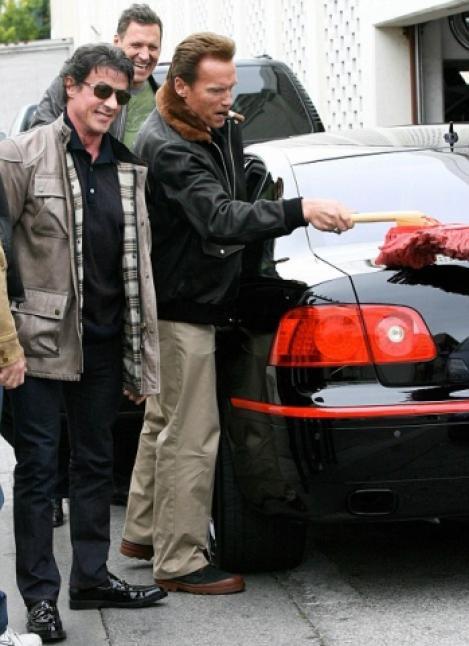 VIDEO! Arnold Schwarzenegger i-a spalat masina lui Sylvester Stallone!