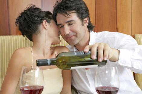 Studiu: Femeile atractive se asteapta ca partenerul sa plateasca, doar pentru ca merita