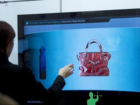 Un nou mod de a face cumparaturi: achizitionarea produselor direct din vitrina