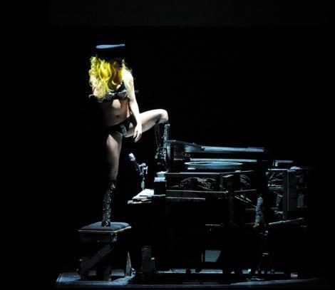VIDEO! Lady Gaga a cazut pe scena!