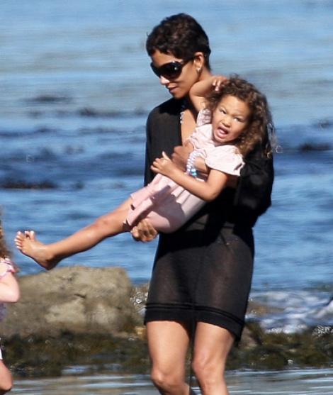 Halle Berry se bucura de plaja impreuna cu fiica sa