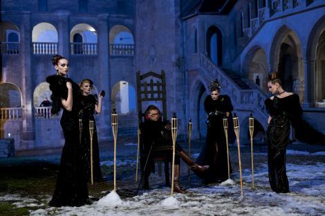 "FOTO! Catalin Botezatu reproduce mitul lui Dracula intr-un shooting incendiar. Concurentele ""Next Top Model"" sexy vampirite"