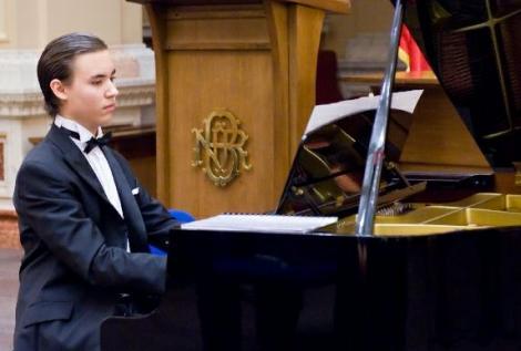 VIDEO! Pianist, compozitor si dirijor la doar 16 ani!