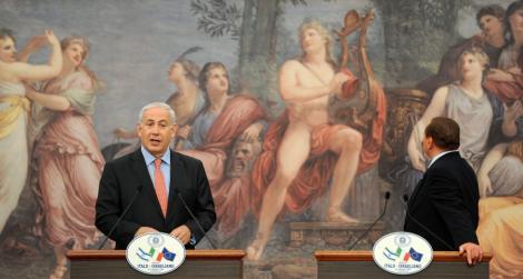 """VIDEO! Berlusconi face bascalie de un tablou cu Apollo: """"Este bunga-bunga din anul 1881"""""""