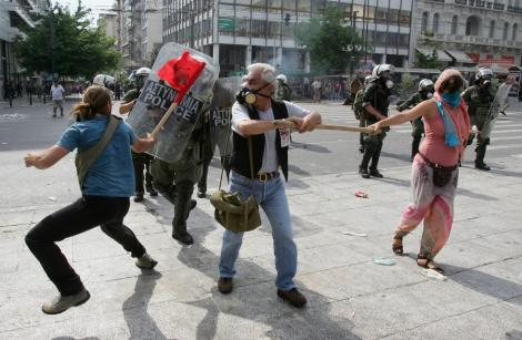 UPDATE! Violente la Atena: Protestatarii s-au luat la bataie cu fortele de ordine. Premierul, gata sa demisioneze