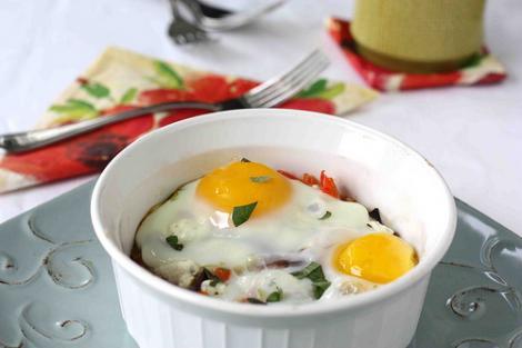Reteta zilei: oua coapte cu praz cremos