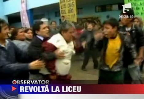 VIDEO! Revolta la un liceu din Peru. Elevii au luat cu asalt scoala si l-au batut pe director