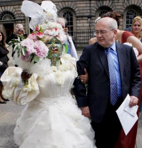 FOTO! Femeia cu 3 kilograme de piercinguri pe fata s-a maritat!