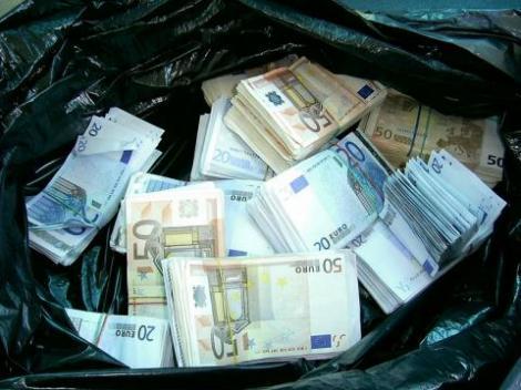 Timisoara: O batrana a aruncat 10 mii de euro la gunoi! Din neatentie!