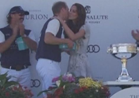 VIDEO! Printul William si Kate s-au sarutat, din nou, in public