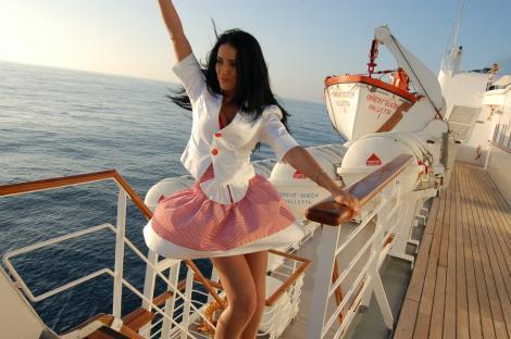 Adelina Pestritu, votata Miss Orient Queen. A sarutat 28 de barbati intr-un minut