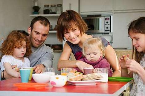 Mesele in familie ii determina pe adolescenti sa manance mai sanatos