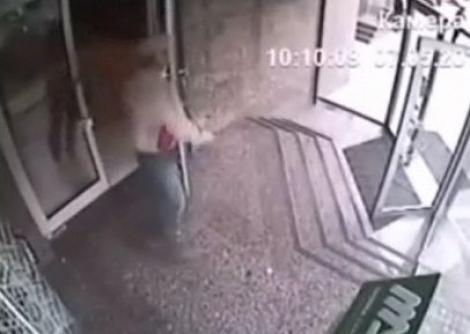 VIDEO! Un britanic a trecut direct printr-o usa de sticla