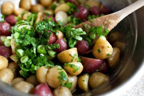 Reteta de garnitura pentru carnea la gratar: salata de cartofi frantuzeasca