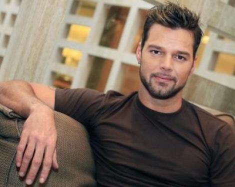 Ricky Martin face reclama la ruj. Oare va prinde produsul?