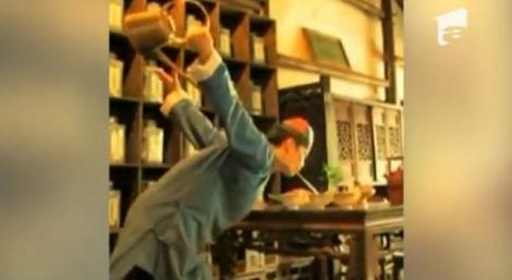 VIDEO! Un chinez, maestru in servirea ceaiului