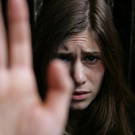 Adolescentele, mai predispuse la anxietate sociala decat adolescentii