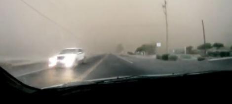 VIDEO! Vezi cum traverseaza un sofer o furtuna de nisip!