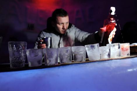 Job la NATO: post de barman/chelner, salariu de aproape 3.000 €