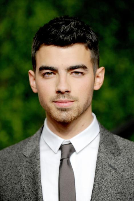 """Asculta noua piesa a lui Joe Jonas: """"Love Slayer""""!"""