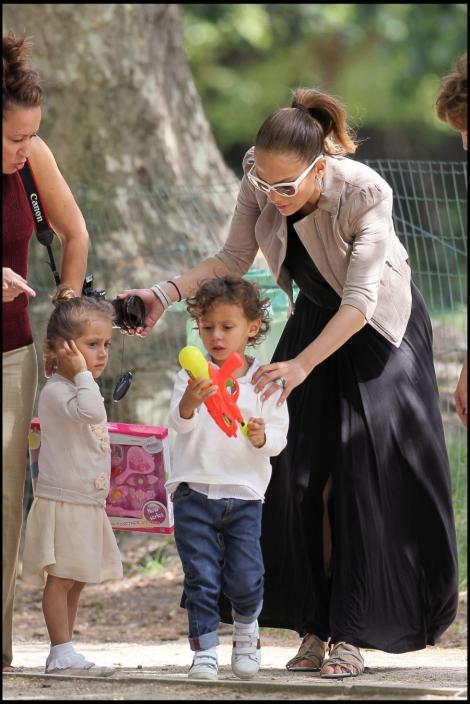 Gemenele lui J. Lo sunt rasfatate de mamica