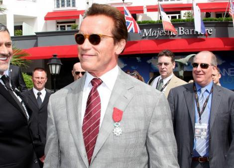 Arnold Schwarzenegger a fumat in aeroport si a fost amendat