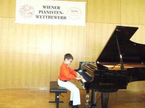 Un baietel roman de 9 ani le-a aratat austriecilor cum se interpreteaza un clasic vienez