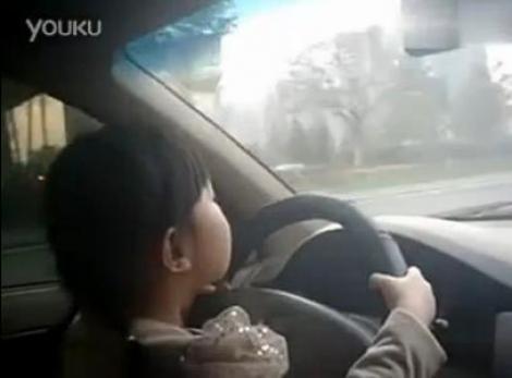 VIDEO! O fetita de 4 ani conduce masina pe o sosea aglomerata. Este filmata de mama ei