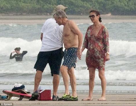 FOTO! Michael Douglas, romantic si iubitor, la un an dupa ce a scapat de cancer