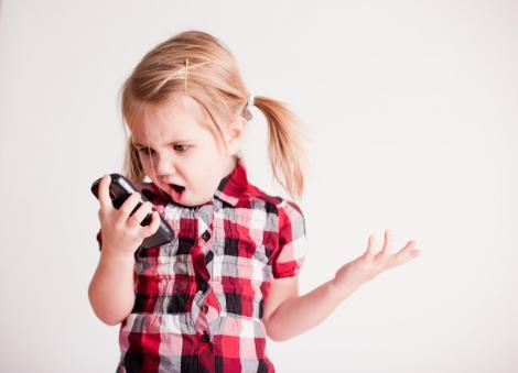 Ce trebuie sa stii inainte sa ii iei copilului un telefon mobil