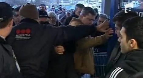 VIDEO! Inca o bataie pe tigai intr-un hypermarket din Craiova