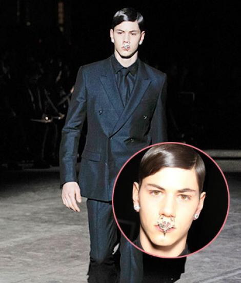 Noua moda masculina: cercei in nas si fuste!