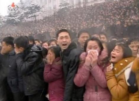 FOTO! Nord-coreenilor li s-a interzis sa poarte manusi la inmormantarea lui Kim Jong-il, desi afara ningea