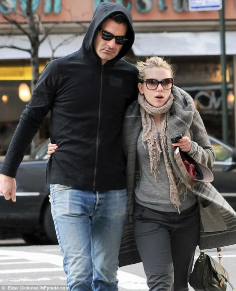 FOTO! Scarlett Johansson nu mai e burlacita! Iata-l pe noul ei iubit!