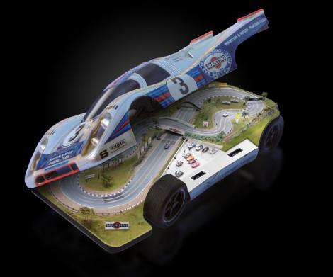 FOTO! Noua jucarie masculina: Masina cu circuit de Formula 1 in interior