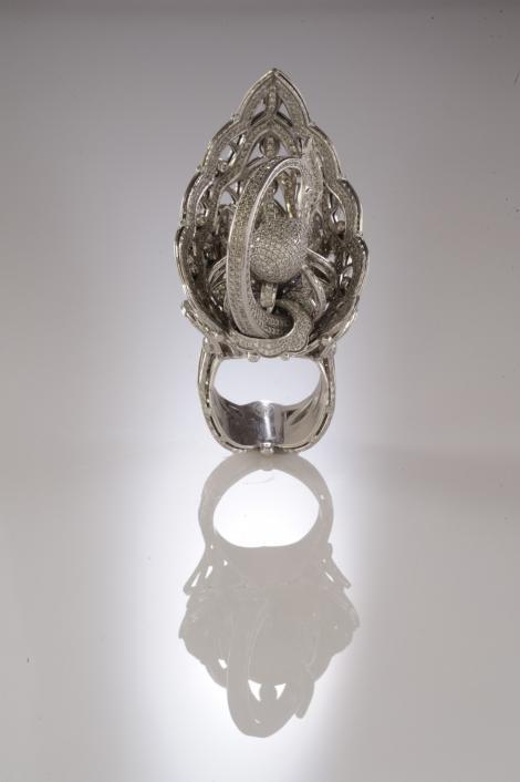 FOTO! Vezi inelul cu cele mai multe pietre pretioase!
